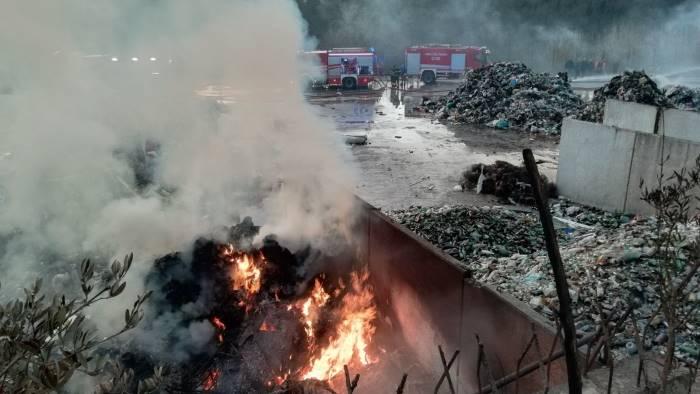in fiamme deposito di una societa di rifiuti foto