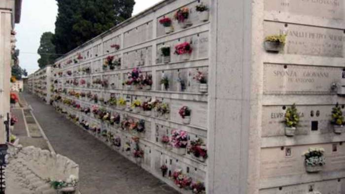 furti a raffica nel cimitero il comune che fa