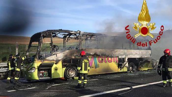 bus del liceo di maddaloni in fiamme terrore tra gli studenti