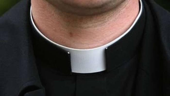ruba il portafogli al parroco in chiesa denunciata