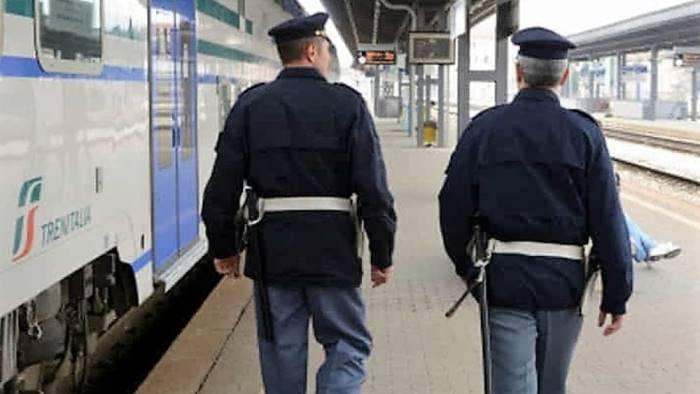 atto vandalico sul treno regionale arrestato 47enne