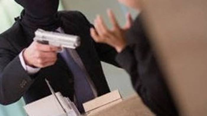 rapinano la banca armati di pistola sotto choc i dipendenti
