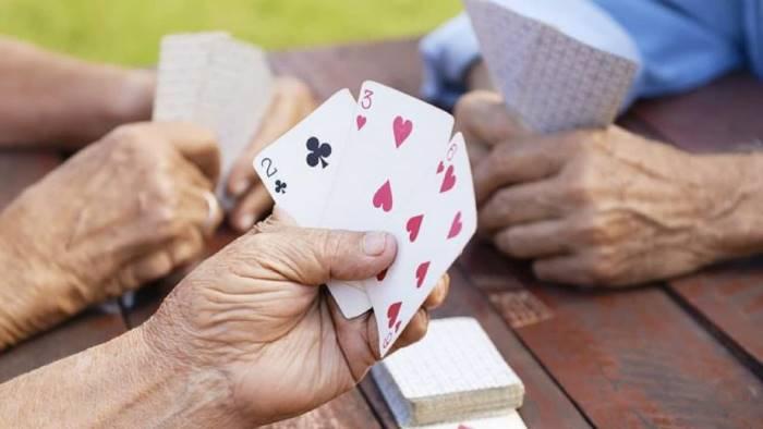 covid 19 ordinanza salva anziani niente carte nei bar