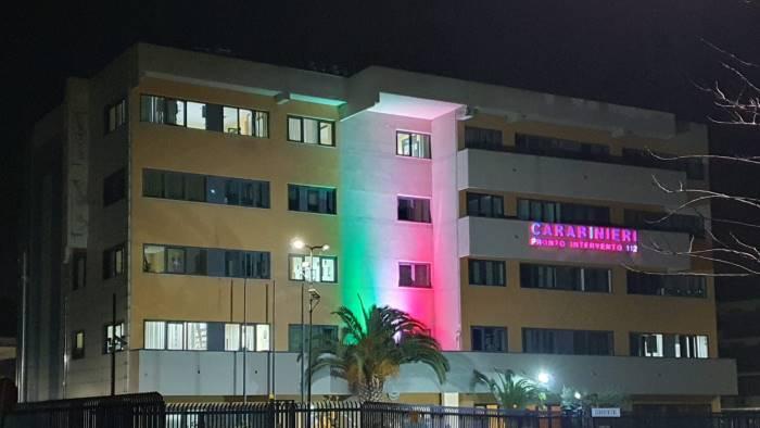 covid 19 la caserma illuminata dal tricolore