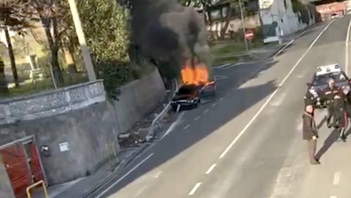 auto in fiamme e colluttazione inferno sulla strada a salerno