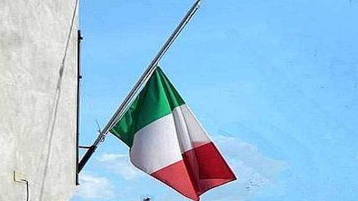 Bandiere a mezz'asta e i sindaci davanti ai municipi con la fascia tricolore, martedì 31 l'omaggio alle vittime del coronavirus
