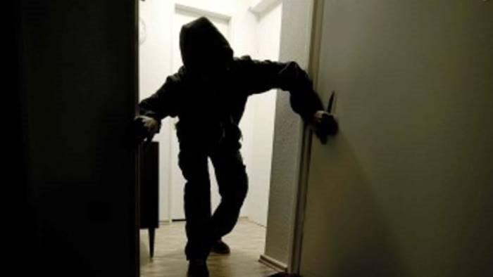 scopre i banditi in casa loro sparano e fuggono