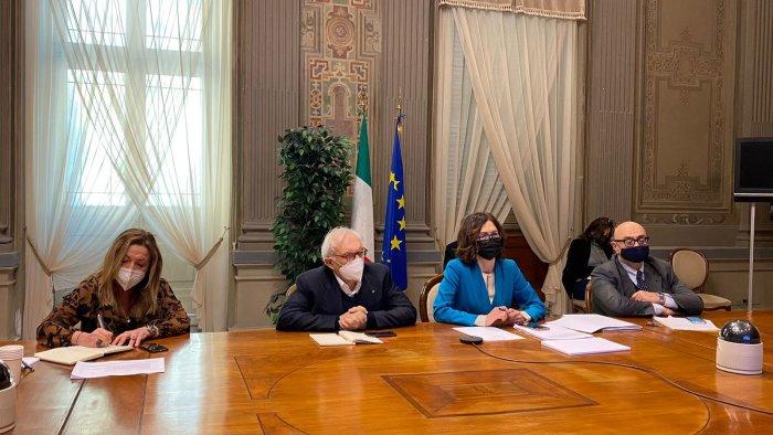 in arrivo il nuovo dpcm il governo incontra gli enti locali