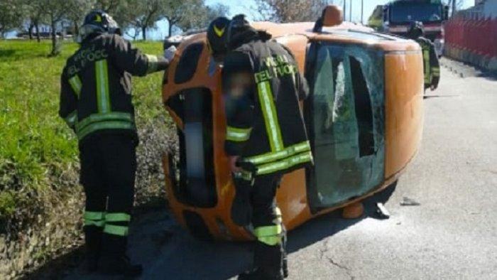 scontro tra due auto feriti in ospedale