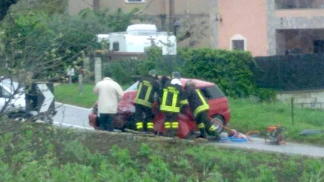 scontro frontale tra due auto feriti e paura le foto