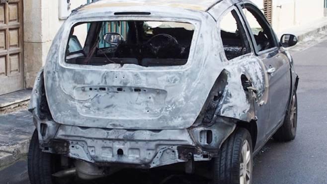 Auto brucia nella notte a Torre Annunziata, dietro l'ombra dei baby camorristi