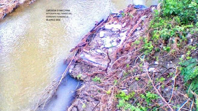Auto e scaldabagno nel fiume la denuncia di un lettore for Scaldabagno di plastica