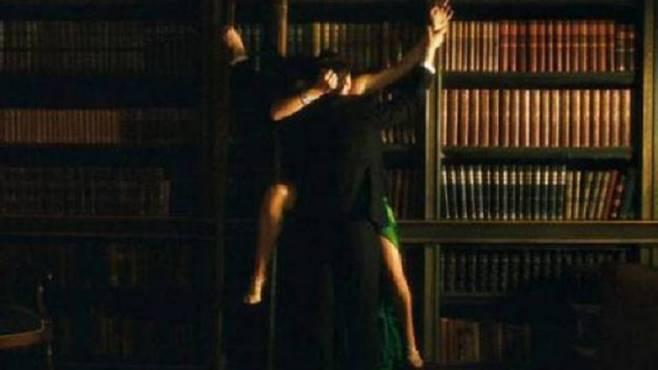 biblioteca a luci rosse coppia fa sesso fra i libri