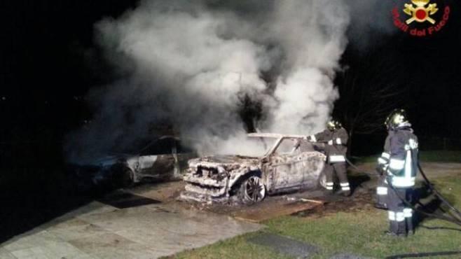 due auto incendiate nella notte in un cortile