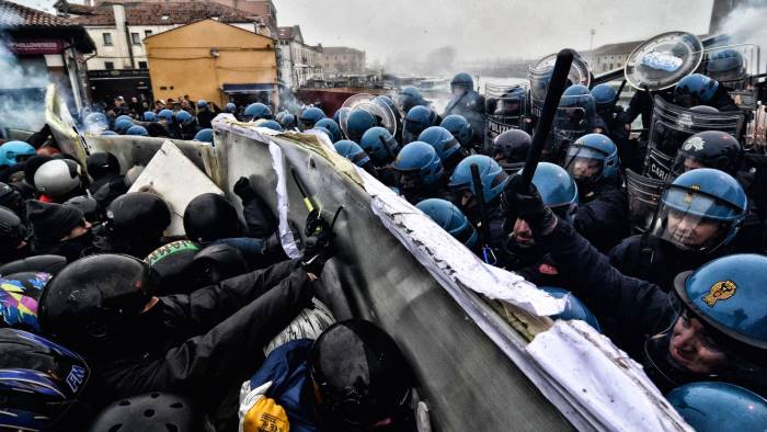fascista ti spacco la testa torna la violenza politica