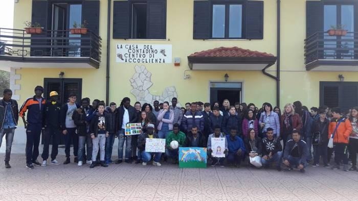 a paternopoli incontro tra rifugiati e alunni di castelfranci