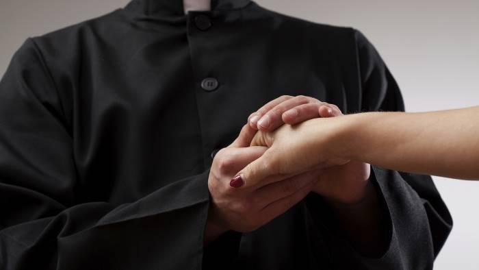 Il prete che ha fatto abortire l'amante