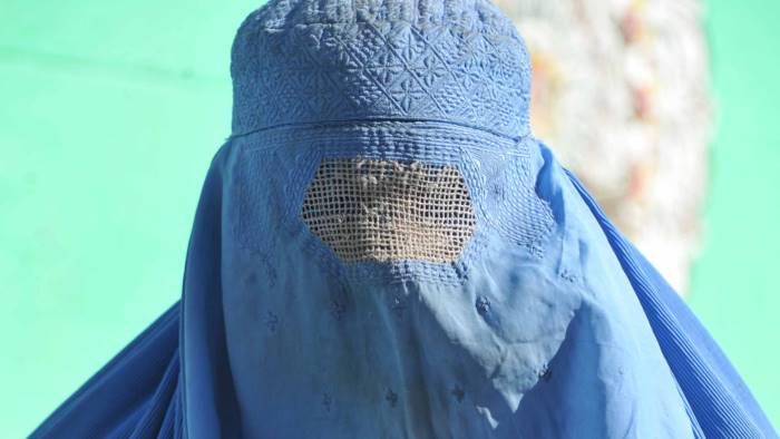 Non vuole indossare il burqa,la prende a calci e pugni