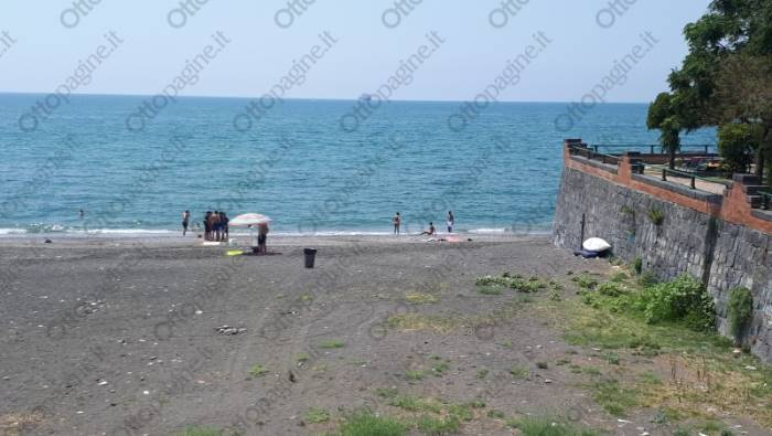 spiagge piene di rifiuti uno spettacolo indecente basta