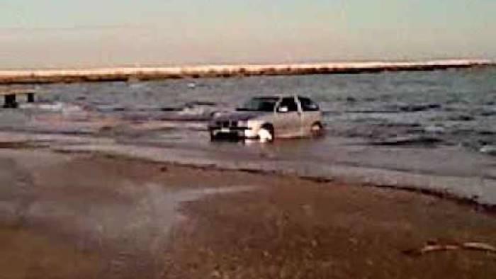 Prova suv in spiaggia e rischia annegare