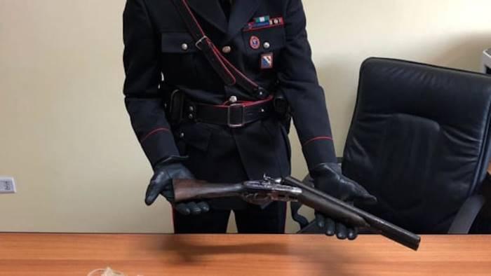 nasconde in casa un fucile modificato e senza porto d arma