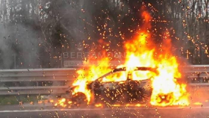 tre auto in fiamme a pastena