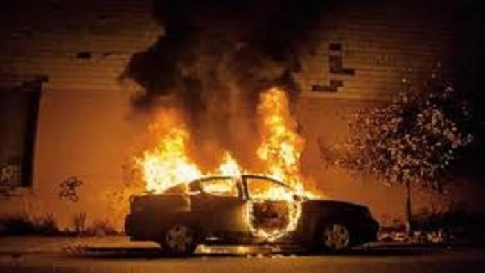 auto in fiamme giovane salvato da guardia giurata