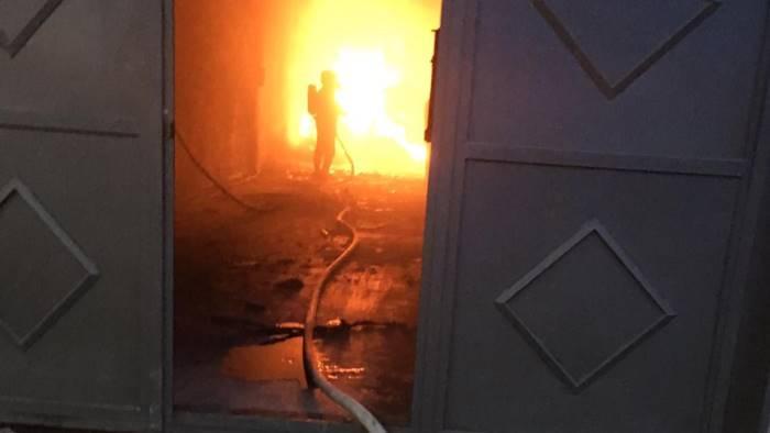 in fiamme capannoni delle aziende sei famiglie evacuate