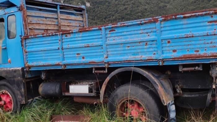 abbandonano auto e camion tra i boschi multati proprietari