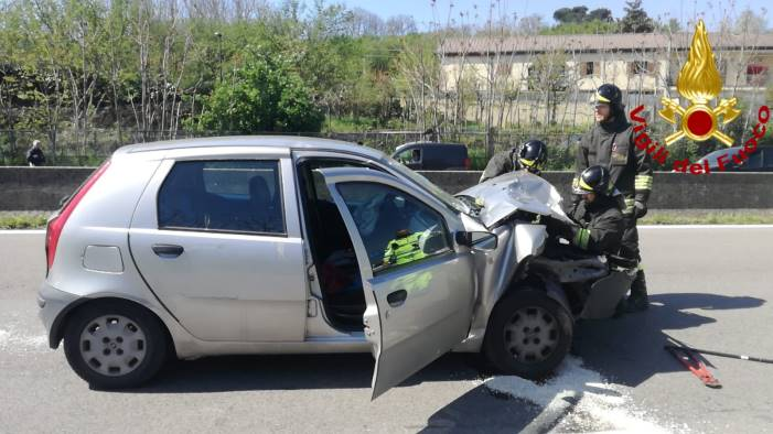 incidente sul raccordo 3 auto coinvolte un ferito
