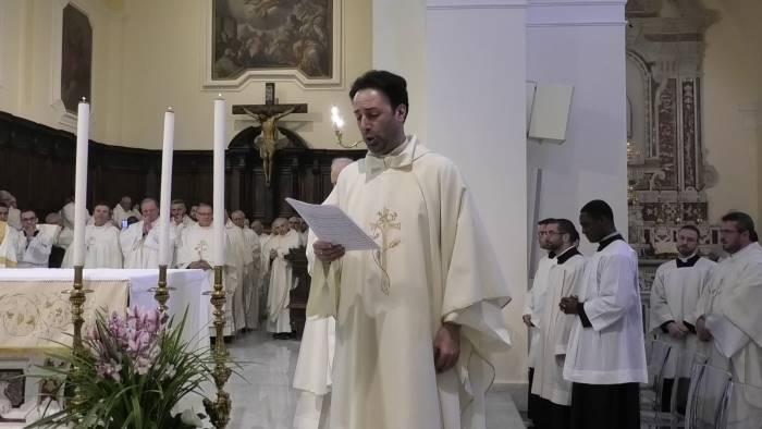 il prete e tenore ventulli che canta e loda a dio dall altare
