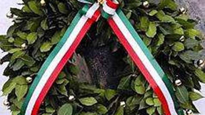 una corona d alloro ai piedi del monumento ai caduti