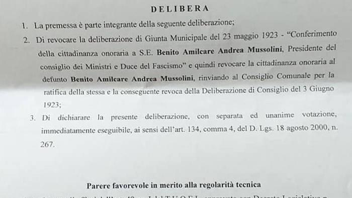 festa del 25 aprile sarno revoca la cittadinanza a mussolini