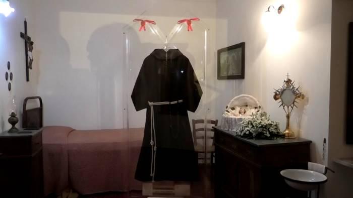 Commozione e gioia intorno al saio delle stimmate di San Pio - Ottopagine.it Avellino