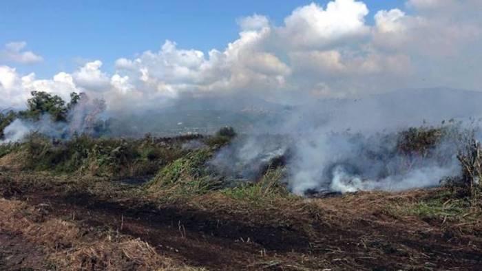 bruciano plastica nei campi il sindaco partiti i controlli