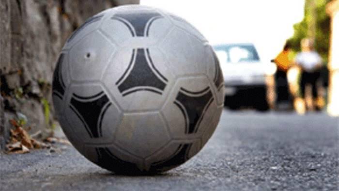 giocano a pallone in strada multati i genitori