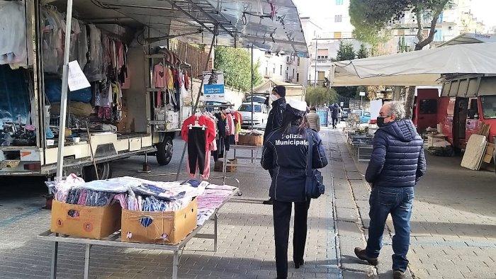 salerno protestano i mercatali merce esposta occupati stalli