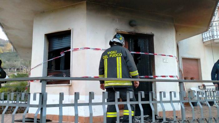 fiamme in una casa anziano muore salva la badante