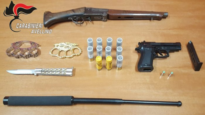 criminalita in casa con armi clandestine e 50 cellulari