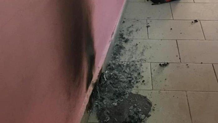 angri vandali danneggiano l asilo nido subito interventi