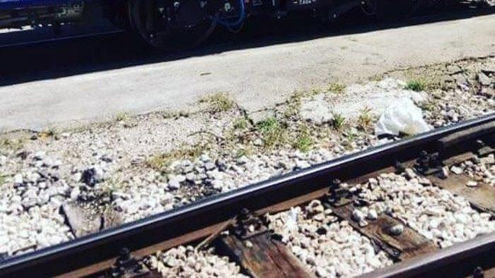 donna investita da un treno a napoli