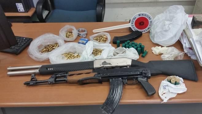 fucile e kalashnikov nascosti nella stalla blitz a soccavo