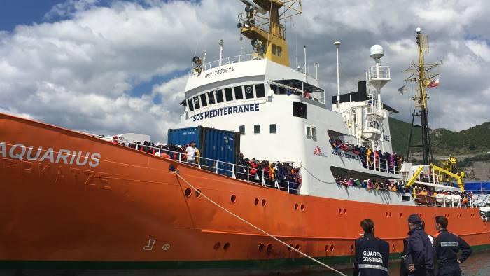 Salerno, attraccata nave con 1004 migranti: 21donne incinte a bordo