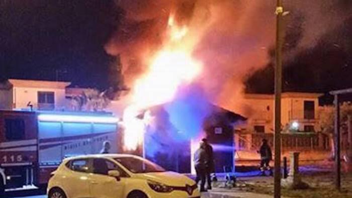 castel san giorgio in fiamme la sede di un associazione