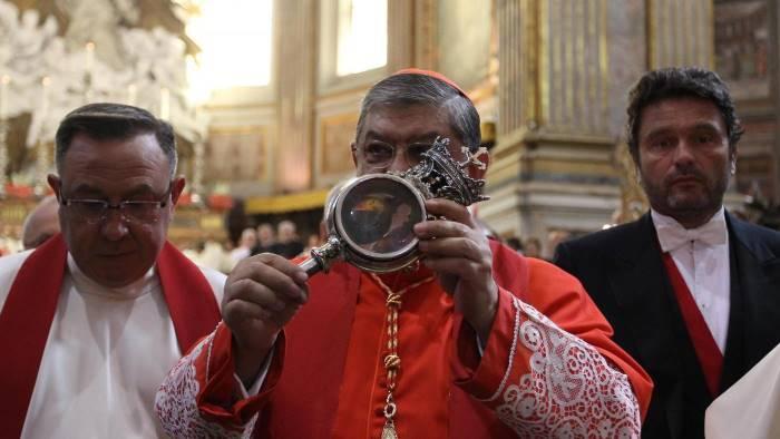 Si ripete il miracolo di San Gennaro Commozione durante la processione