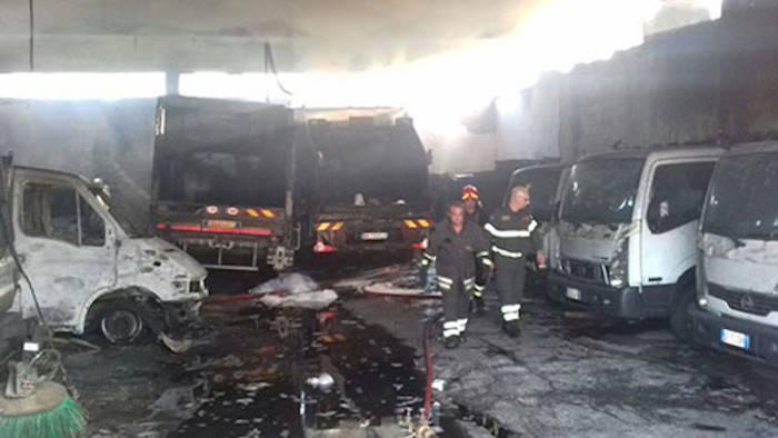 distrutto dalle fiamme deposito della nettezza urbana