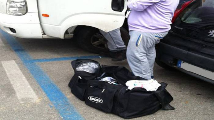 beccati venditori abusivi di calzini multe da 10mila euro