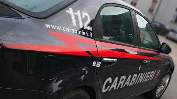 senza assicurazione e senza patente aggredisce i carabinieri
