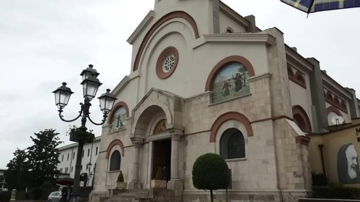 turisti a pietrelcina tra fede storia ed enogastronomia