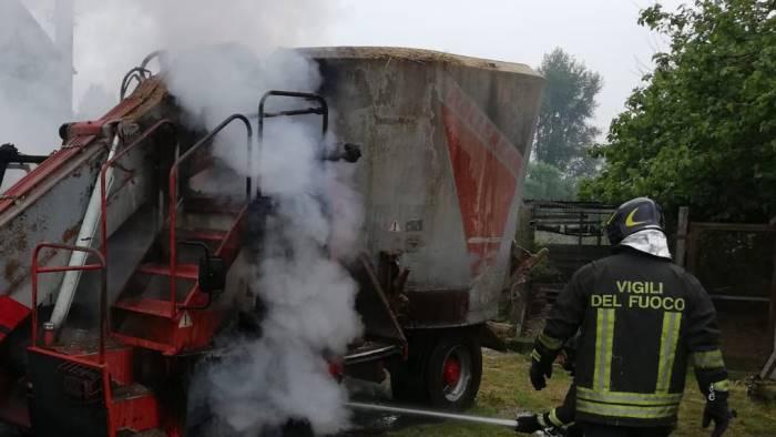 Carro miscelatore per il foraggio in fiamme ottopagine for Attrezzatura agricola usata lazio